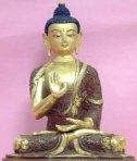 Buda mostrando el Abhaya Mudra estando sentado.