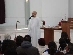 Rafael Estrada frente a un altar